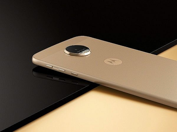 Moto-Z-is-the-thinnest-phone-weve-seen-Moto-Z-Force-is-as-thick-as-iPhones-and-Galaxies