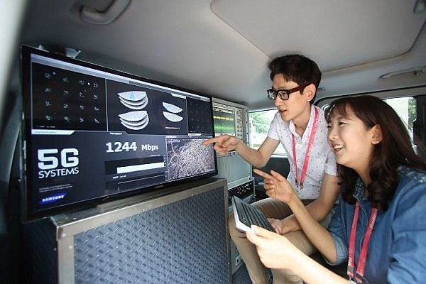 samsung-engineers-prepare-for-5g-test-on-race-track-1-735x490