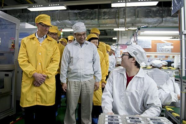 tim-cook-visits-foxconn-2